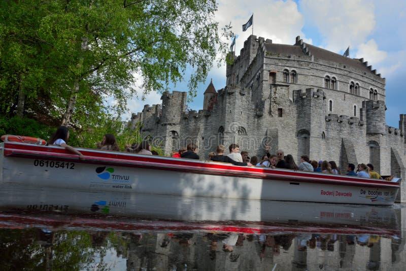 Den enda fortleva medeltida fästningen i Flanders: Gravensteen namn av slottreflextionen i vatten arkivfoton