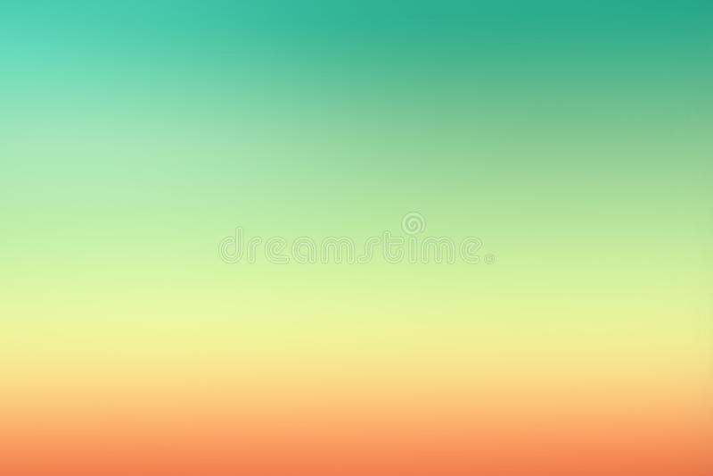 Den enkla gröna orange solnedgången blured lutningbakgrund för sommardesign arkivfoto