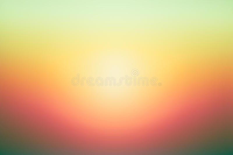 Den enkla gröna orange solnedgången blured lutningbakgrund för sommardesign royaltyfri bild
