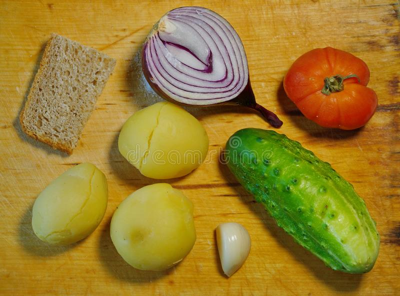 den enkla matlöken kokade stycket för potatistomatvitlök av bröd Så arkivbilder