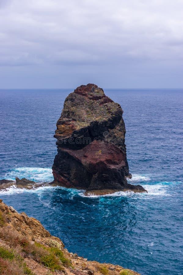 Den enkla stenblocket i Atlanticet Ocean på kusten av halvön Ponta gör Sao Lourenco, madeira royaltyfria foton