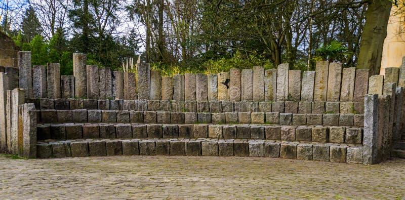 Den enkla trappuppgångställningen, stenar platser för allmänheten, utomhus- tribun fotografering för bildbyråer