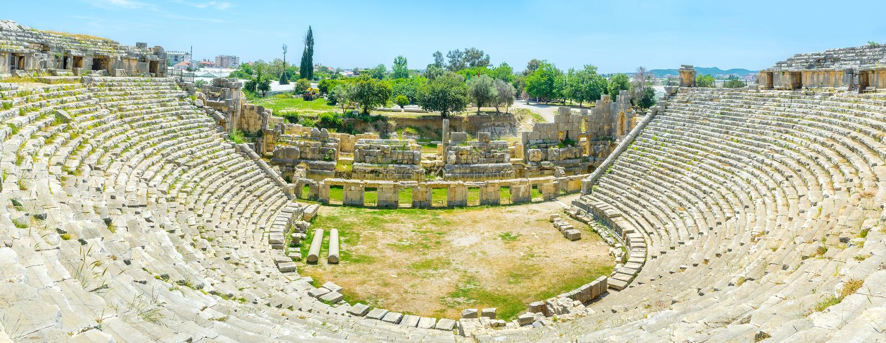 Den enorma amfiteatern royaltyfria bilder