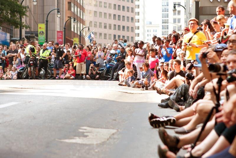 Den enorma folkmassan fodrar den Atlanta gatan på Dragon Con Parade royaltyfria foton