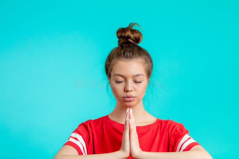 Den enorma kvinnlign mediterar med stängda ögon royaltyfri bild