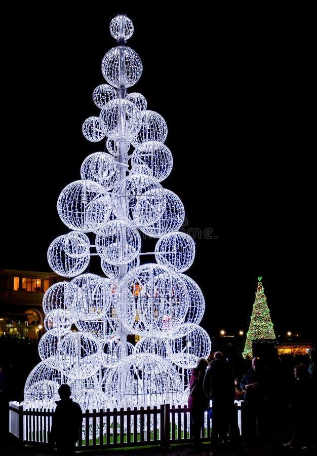 Den enorma utomhus- upplysta julgranen gjorde om vita bollar i Bournemouth, Dorset, UK arkivbild