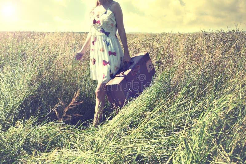 Den ensamma kvinnan tar en tur till ett olikt liv royaltyfri fotografi