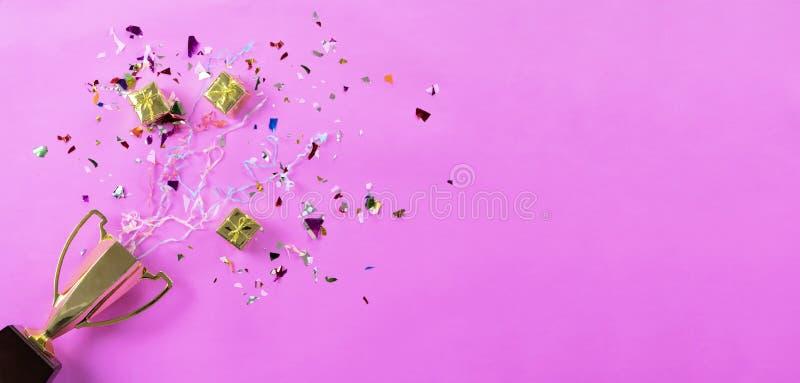 Den Erfolg feiern, der geschehen ist, Goldtrophäe gesetzt auf einen rosa Hintergrund stockfotos