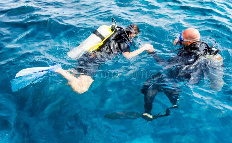 Den erfor dykareinstrukt?ren undervisar en nyb?rjaredykare att dyka i Egypten royaltyfri fotografi