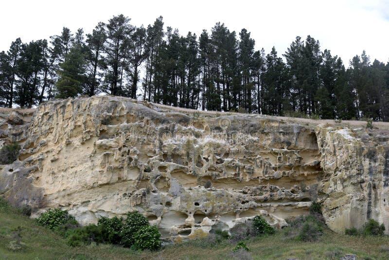 Den eroderade kalkstenutlöparen på Takiroa vaggar konstplatsen arkivfoto