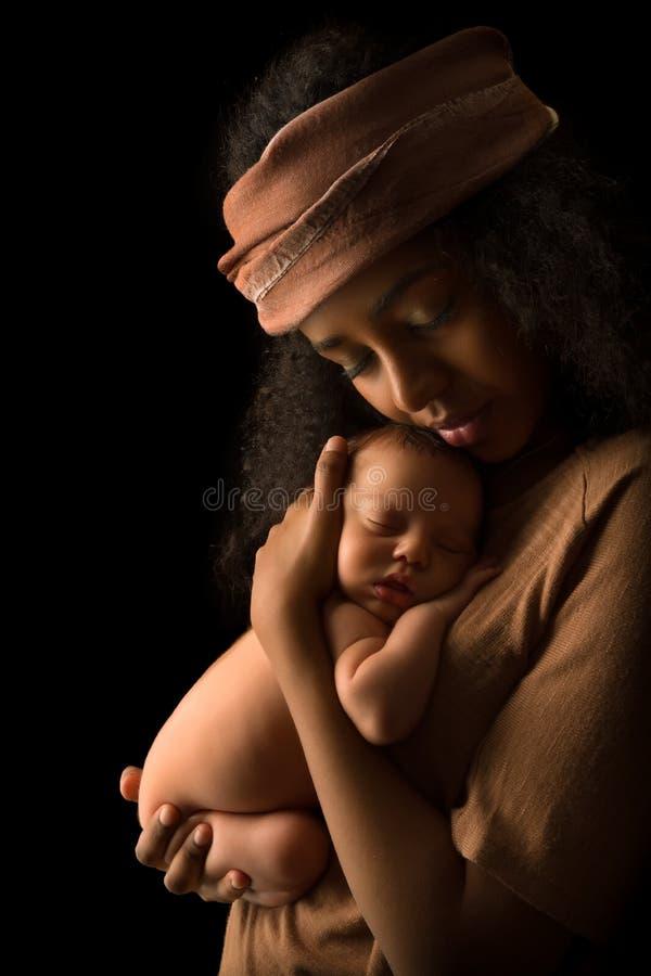 Den etiopiska modern med behandla som ett barn i skuggor arkivfoton