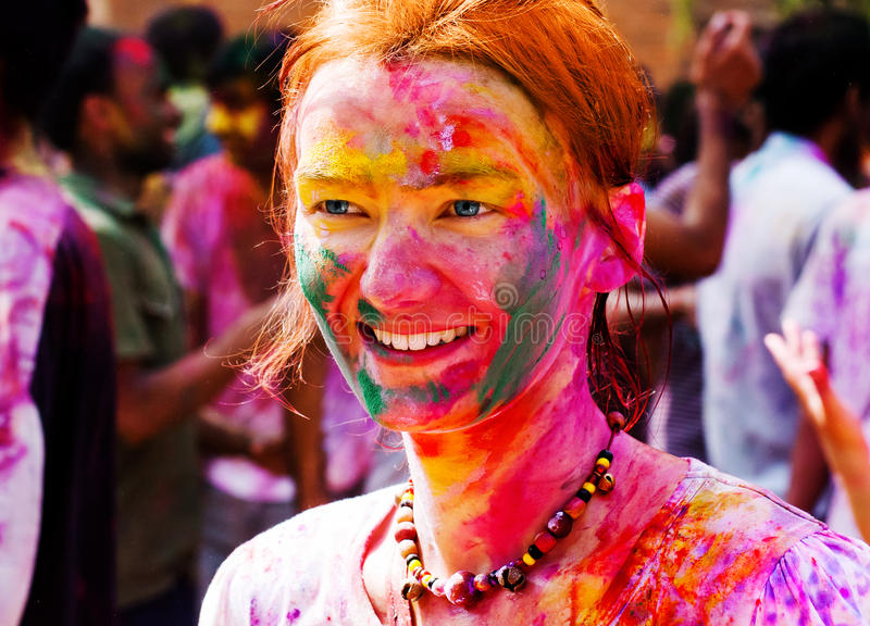 Den europeiska flickan firar festivalen Holi i Delhi, Indien arkivbilder