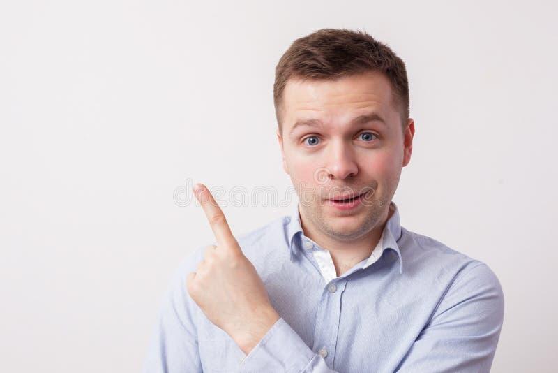 Den europeiska vita mannen visar upp hans pekfinger och att dra uppmärksamhet till informationen royaltyfri bild