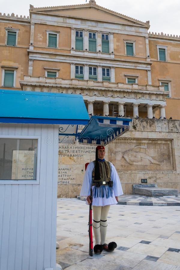 Den Evzonesin framdelen av den hellenska parlamentet och den presidents- herrgården royaltyfri foto