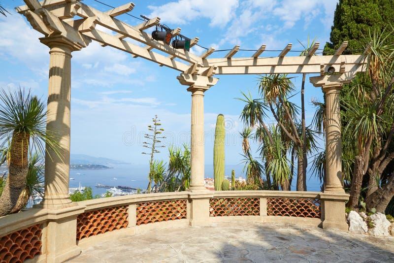 Den exotiska tr?dg?rden med havssikten och tropiska v?xter, ingen i en solig dag i Monte - carlo, Monaco royaltyfri fotografi
