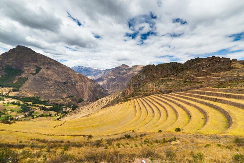 Den expansiva sikten av incaen terrasserar i Pisac, den sakrala dalen, Peru royaltyfria foton
