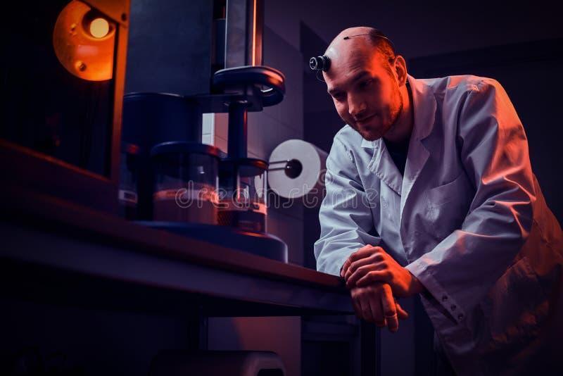 Den Expirienced urmakaren arbetar med autoclaven p? hans egen studio royaltyfri foto