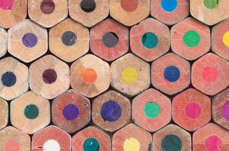 den färgade buttcloseupen avslutar många blyertspennor royaltyfri fotografi