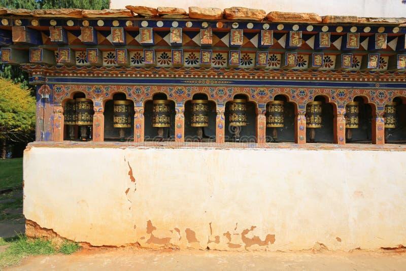 Den färgrika bönen rullar in den forntida buddistiska templet, Bhutan arkivfoton