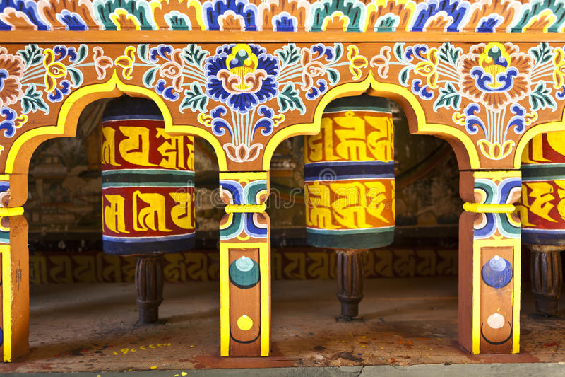 Den färgrika bönen rullar i Bhutan royaltyfria bilder