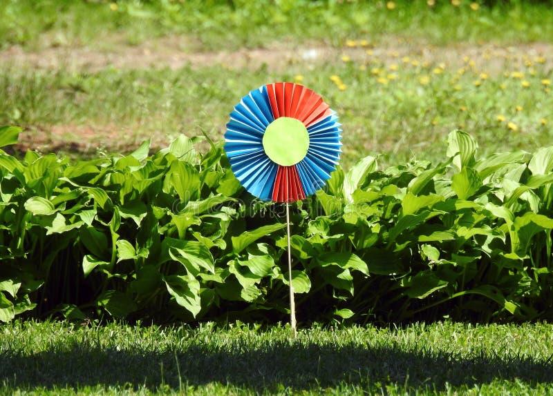 Den färgrika blomman som göras från papper i barn, arbeta i trädgården, Litauen royaltyfria foton