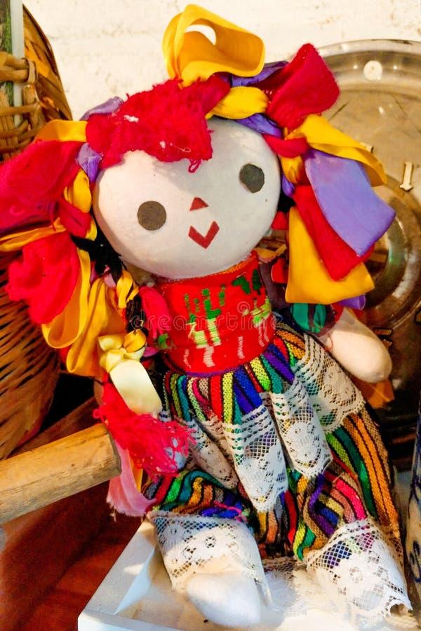 Den färgrika dockan leker med för att snöra åt fotografering för bildbyråer