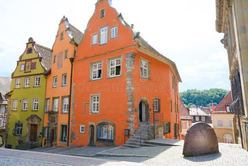Den färgrika forntida gaveln inhyser - den tidigare Franciscan kloster - Schwabisch Hall, Tyskland royaltyfria foton