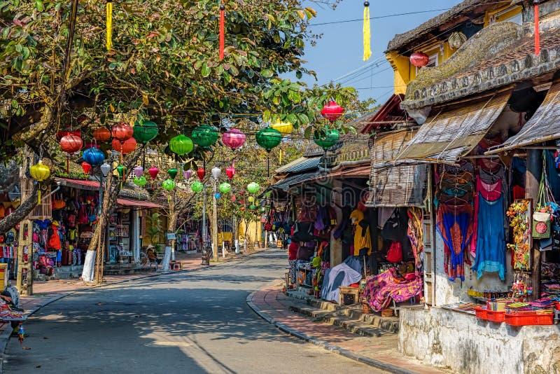 Den färgrika gatan med shoppar i Hoi An Vietnam arkivfoton