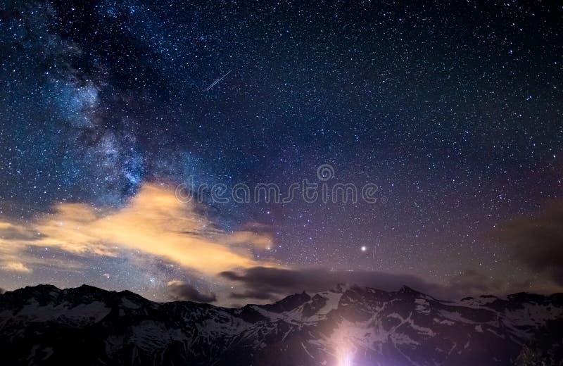 Den färgrika glödande kärnan av Vintergatan och den stjärnklara himlen fångade på hög höjd i sommartid på de italienska fjällänga arkivbilder
