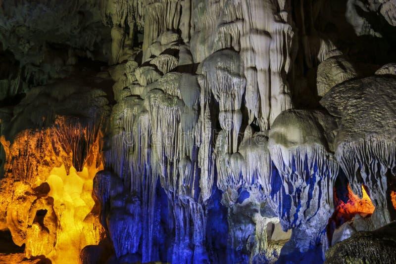 Den färgrika grottan i mummel skäller länge, Vietnam royaltyfri fotografi
