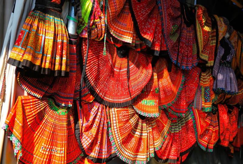Den färgrika kjolen av H-`-Mong folk i Vietnam och är mycket gemensam, och vi kan se mode som denna i varje by royaltyfria bilder