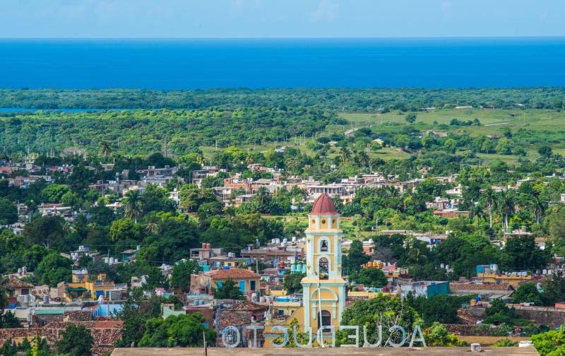 Den färgrika koloniala karibiska staden förbiser med den klassiska byggnad och kyrkan, Trinidad, Kuban, Amerika arkivbild