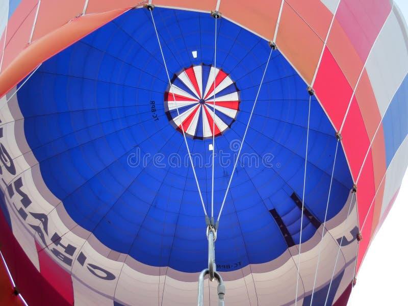 Den färgrika kupolen av ballongen från insidan royaltyfri fotografi