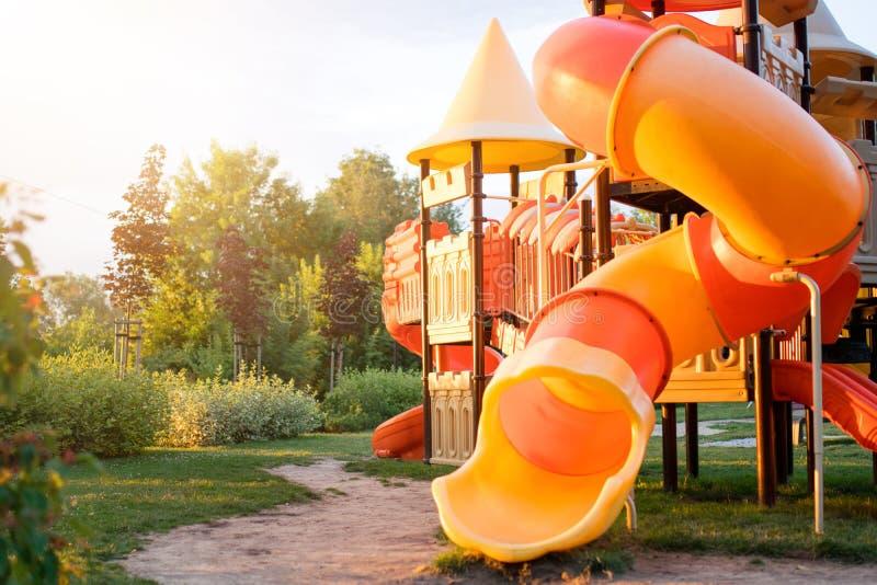 Den färgrika lekplatsen i parkerar suddigt royaltyfria bilder