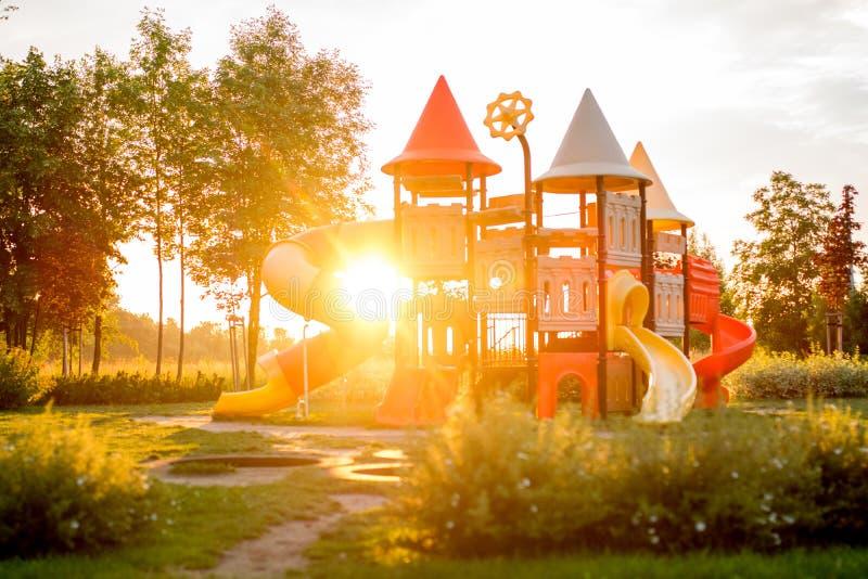 Den färgrika lekplatsen i parkerar suddigt arkivbild
