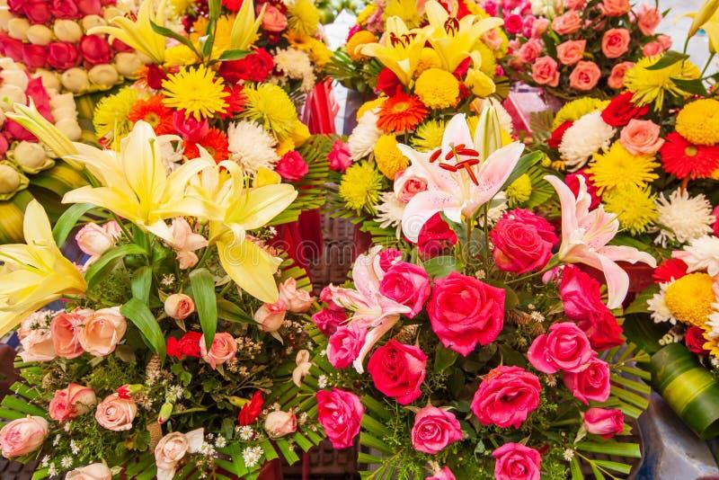 Den färgrika liljan, rosor och annan blommar på blomsterhandeln på fooen royaltyfri bild