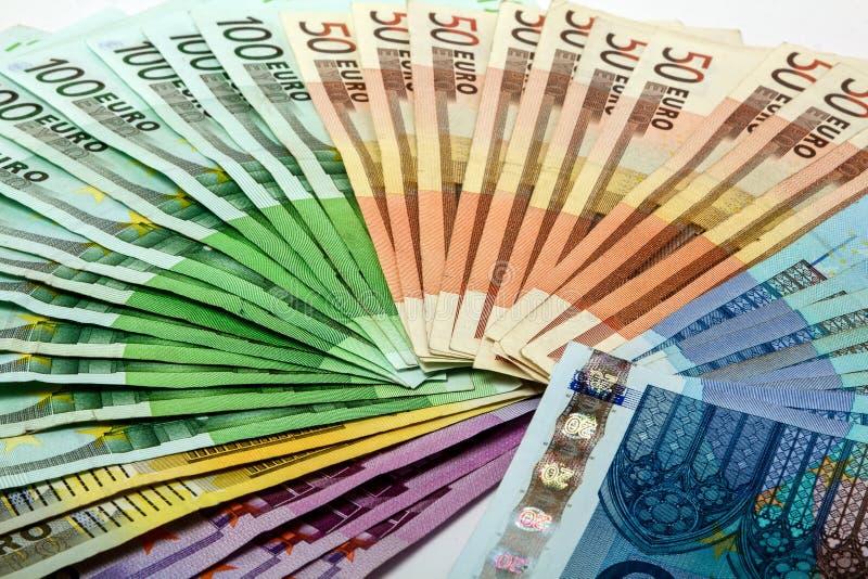 Den färgrika pengarfanen av det olika euroet noterar 500 200 100 50 20 royaltyfri foto