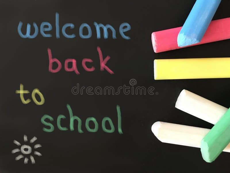 Den färgrika skolan chalks på svart tavlabakgrund med enkel färgrik text arkivfoton