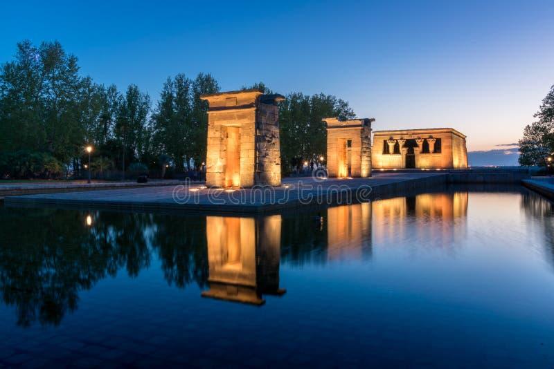 Den f?rgrika solnedg?ngen ?t den Debod templet, Madrid, Spanien royaltyfria bilder