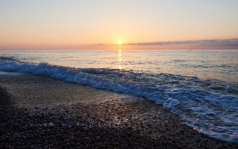 Den färgrika solnedgången över havet från att kollidera vinkar paradis för natur för sammansättningsdesignelement arkivbild