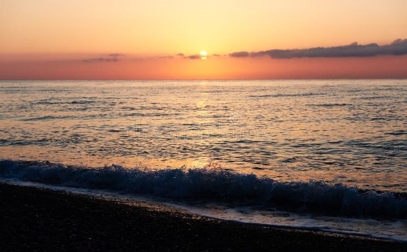 Den färgrika solnedgången över havet från att kollidera vinkar paradis för natur för sammansättningsdesignelement royaltyfria foton