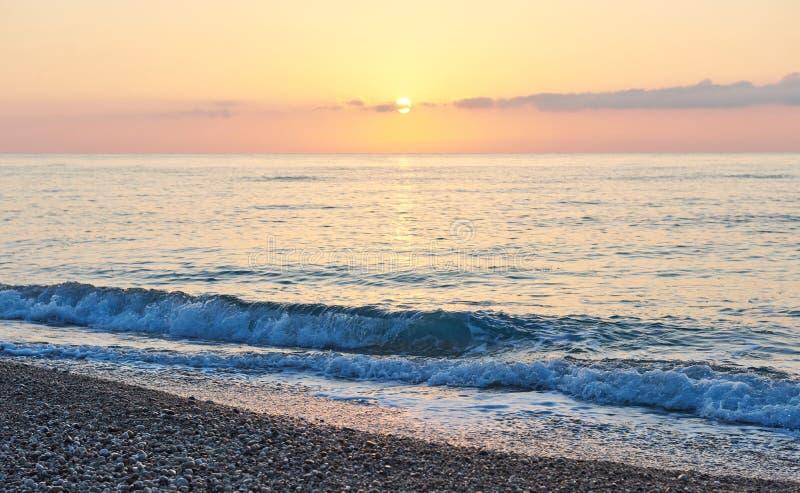 Den färgrika solnedgången över havet från att kollidera vinkar paradis för natur för sammansättningsdesignelement arkivfoto