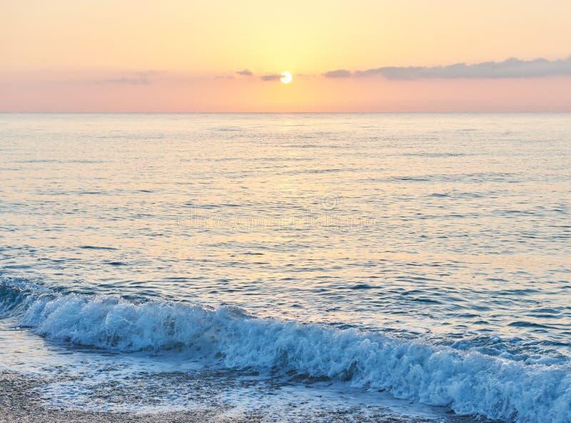 Den färgrika solnedgången över havet från att kollidera vinkar paradis för natur för sammansättningsdesignelement fotografering för bildbyråer