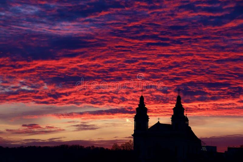 Den färgrika solnedgången genomdränkte färger över gamla byggnader arkivbild