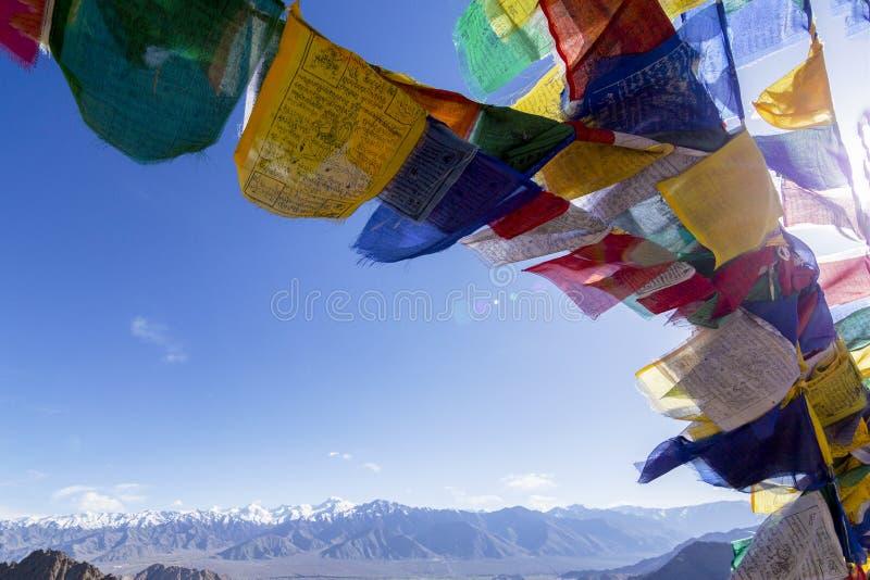 Den färgrika tibetana bönen sjunker på Leh, Ladakh, Indien arkivbilder