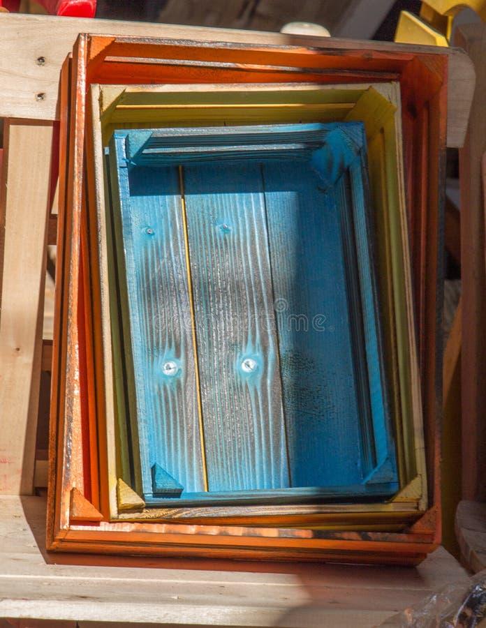 Den färgrika träspjällådan boxas till salu royaltyfria bilder