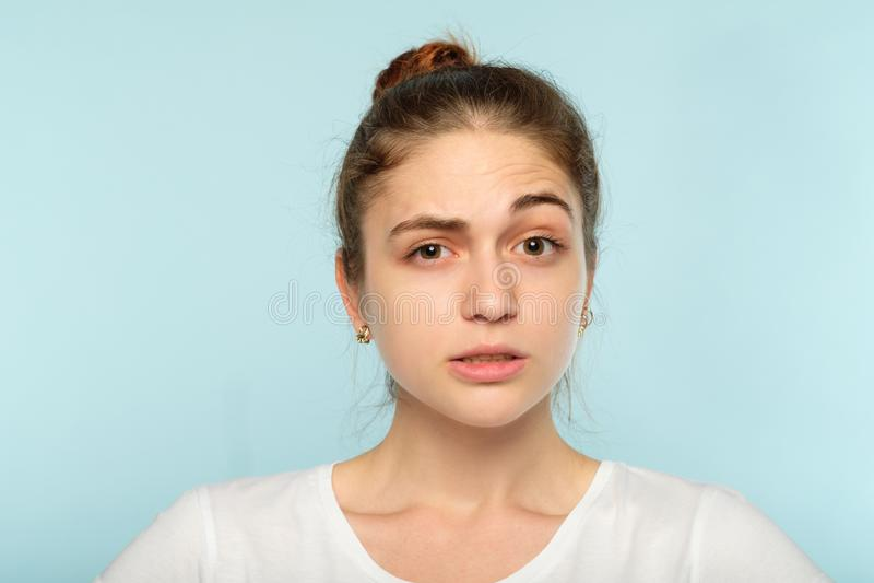 Den förbryllade tvivelaktiga flickan lyftte ögonbrynsinnesrörelse royaltyfri foto