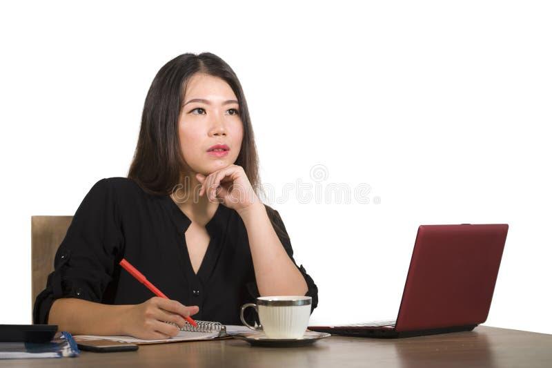 Den företags företagsståenden av den unga härliga och upptagna asiatiska koreanska affärskvinnan som arbetar på skrivbordet för k royaltyfri fotografi