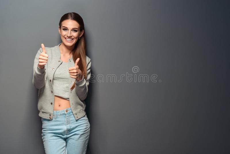 Den förföriska flickan visar reko gester fotografering för bildbyråer