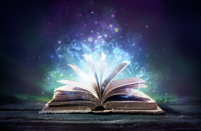 Den förhäxte boken med magi glöder royaltyfria foton